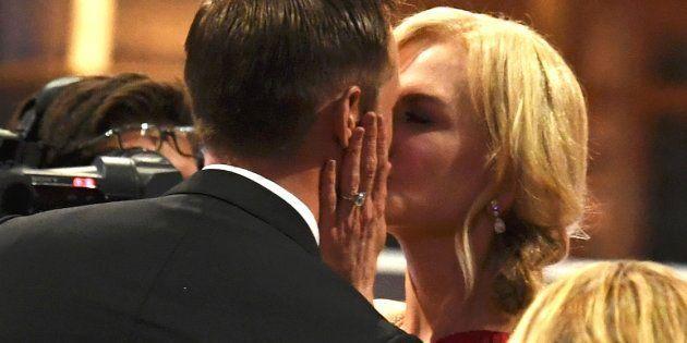 エミー賞授賞式でのニコール・キッドマンとアレキサンダー・スカルスガルドのキス(2017年9月17日撮影)