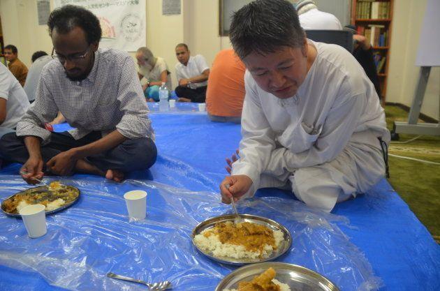 ハラールのカレーを食べるイスラム教徒ら=東京・大塚の「日本イスラーム文化センター」が運営するマスジド大塚