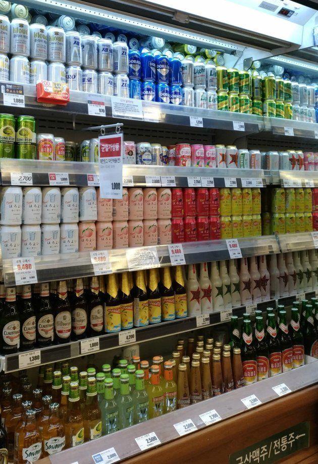 韓国・ロッテマート金浦空港店。他の外国産のアルコールも並ぶが、ほろよいだけで一列占めている。