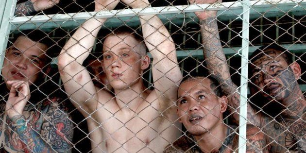 『暁に祈れ』主演のジョー・コール(中央)と元囚人の共演者たち