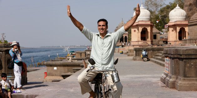自転車に乗る主人公のラクシュミ。ラクシュミのモデルはムルガナンダムさん。
