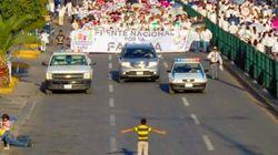 「同性愛に反対しないで」少年は1万人のデモ隊に立ちはだかった(画像)