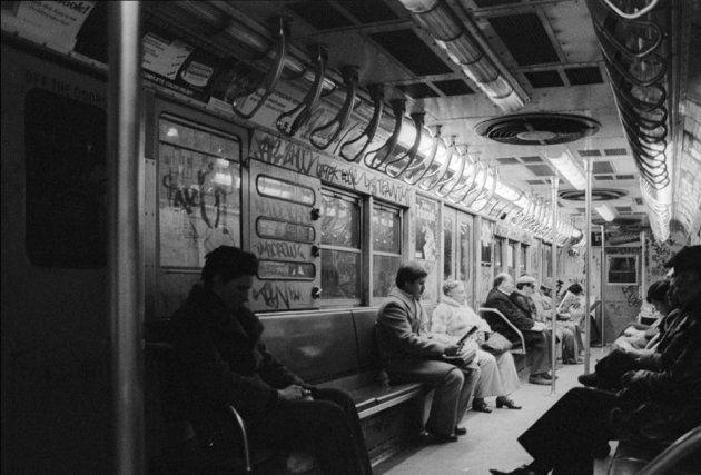 バスキアの生きた時代の落書きだらけのNYの地下鉄の様子