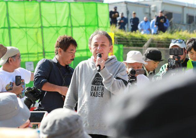 米軍キャンプ・シュワブのゲート前で行われた集会で、発言する沖縄県の玉城デニー知事=沖縄県名護市