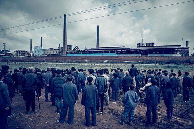 映画の主舞台の製鉄工場とそれを眺める工員たち