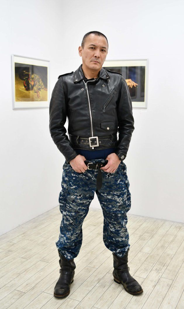 自身の写真作品の前に立つ釣崎さん