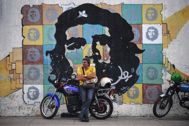 キューバの首都ハバナ市内に描かれたゲバラのポートレート