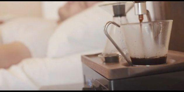 一杯のコーヒーで起こしてくれる。この目覚まし時計はまるで天使