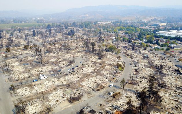 山火事によって建物が焼失した市街地=10月11日