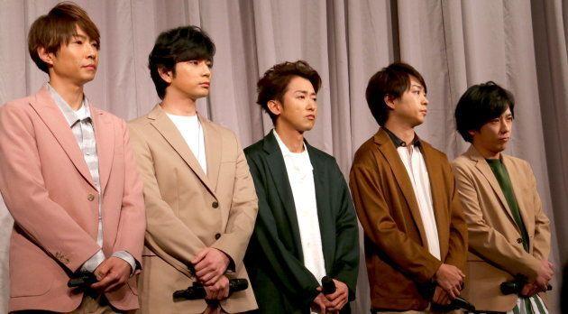 記者会見する嵐の相葉雅紀さん、松本潤さん、大野智さん、櫻井翔さん、二宮和也さん