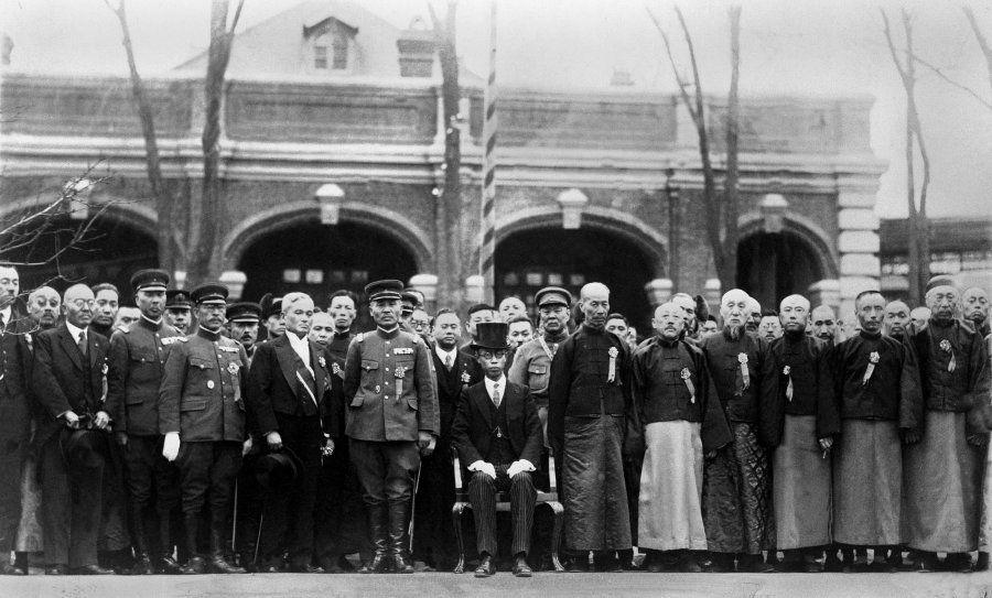 1932年3月、満州国の執政に就任した溥儀(中央)