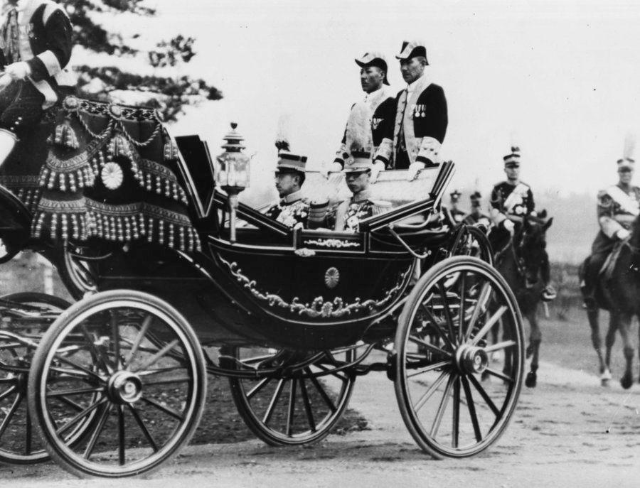 1935年、馬車に乗る昭和天皇(左)と来日した溥儀(右)。(Photo by Fox Photos/Hulton Archive/Getty