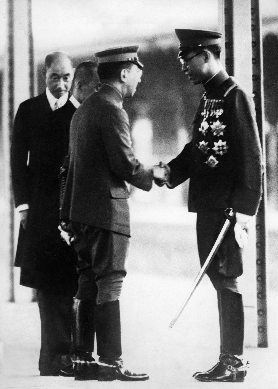 東京駅で握手する溥儀(右)と昭和天皇