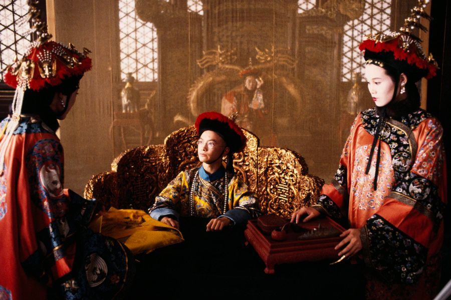 映画「ラストエンペラー」より。中央がウー・タオ演じる青年時代の溥儀。 (Photo by CHRISTOPHE D YVOIRE/Sygma via Getty