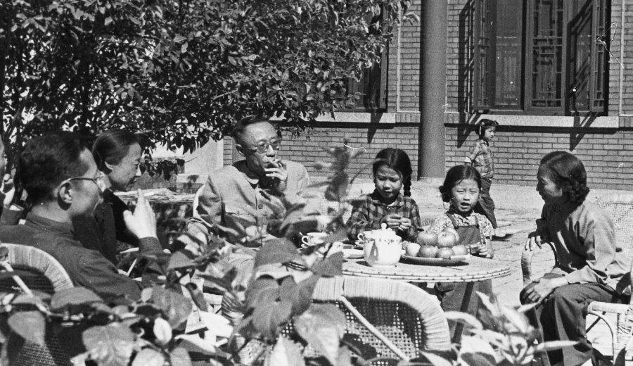 1961年、タバコを吸って庭でくつろぐ溥儀(中央)