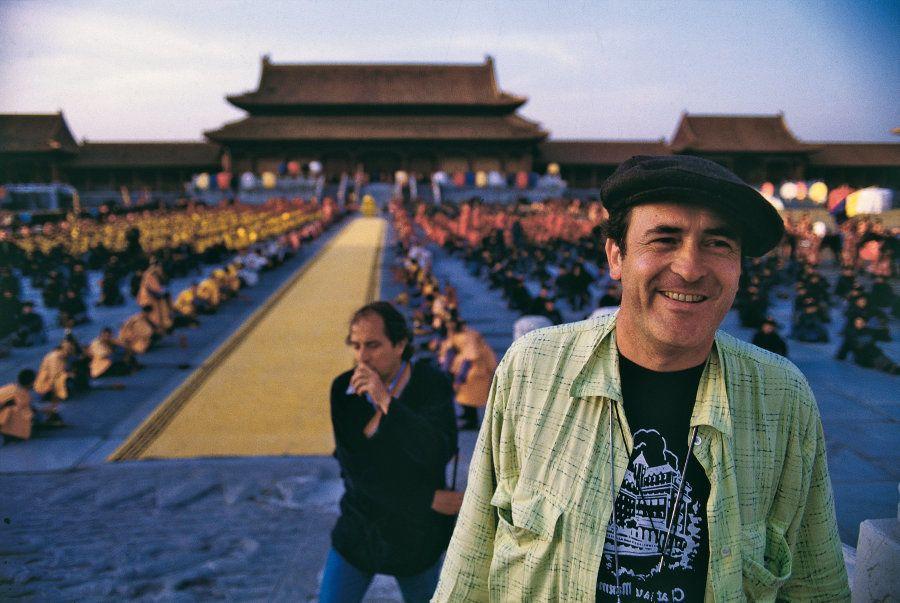 1987年、北京で「ラストエンペラー」の撮影に臨むベルナルド・ベルトルッチ監督。(Photo by Mondadori Portfolio by Getty