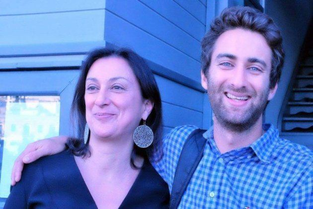母のダフネさん(左)と一緒に写る息子のマシューさん(本人のFacebookより)