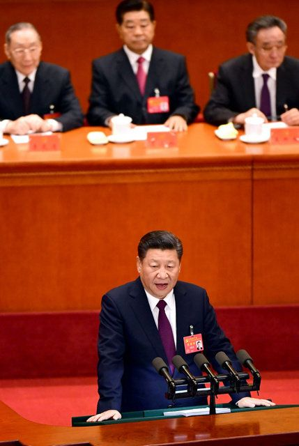 中国共産党の第19回党大会が開幕。政治報告をする習近平総書記=18日午前9時6分、北京の人民大会堂、山本裕之撮影