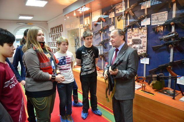 カラシニコフ氏が開発した歴代の銃などが展示されている博物館。社会科見学で子どもたちが訪れていた=2012年、イジェフスク
