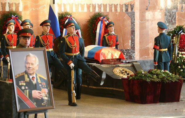 カラシニコフ氏の葬儀=2013年12月、モスクワ