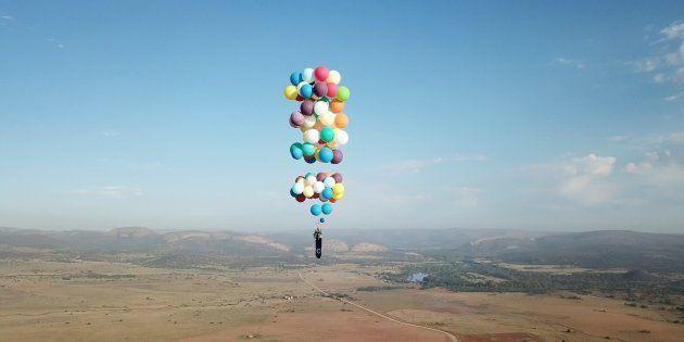 風船だけで空まで飛んだ!カールじいさんみたいな男がいた