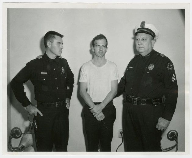 オズワルド氏(中央)=1963年11月22日