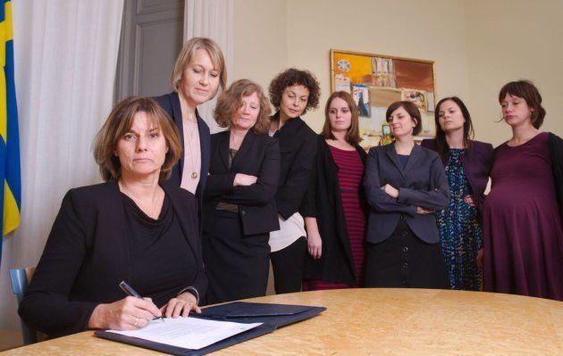 妊婦を含む女性閣僚に見守られサインするイザベラ・ロビン副首相。男性に囲まれて大統領令にサインするアメリカのトランプ大統領を揶揄したとして世界中で話題に。