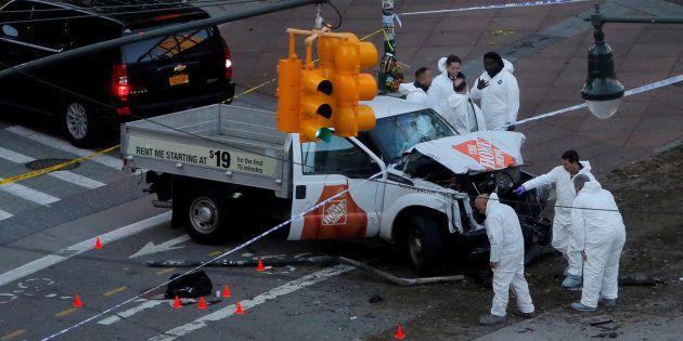 犯行に使われたピックアップトラックを調べる捜査員ら=10月31日、ニューヨーク
