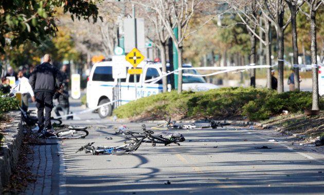 事件現場には、容疑車両の侵入の影響で壊れたとみられる複数の自転車が残されていた
