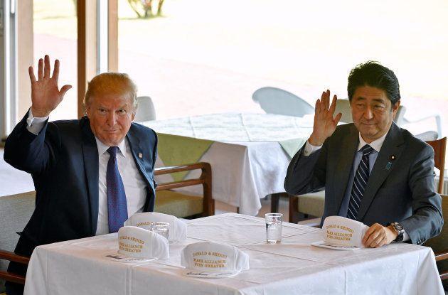 霞ヶ関カンツリー倶楽部で懇談するトランプ米大統領(左)と安倍晋三首相