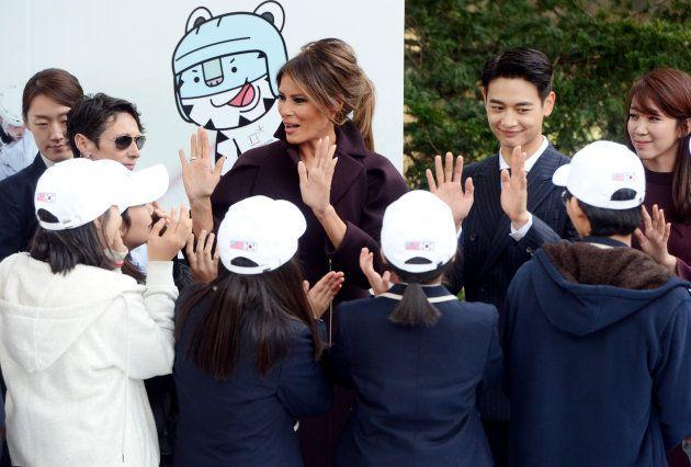 韓国を訪れたメラニア夫人、女子中学生に囲まれて「気まずい状況」に。何が起きた?