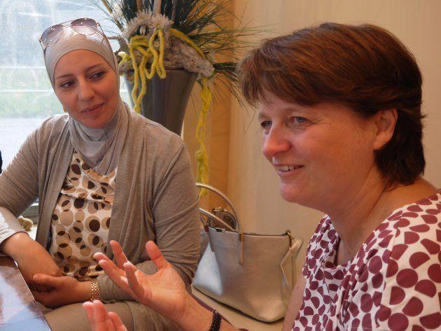 難民支援ボランティアのアンドレアさん(右) シュツットガルト市内