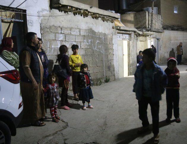 地震発生後、屋外に避難する人々