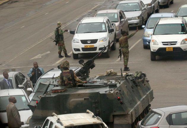 路上に展開するジンバブエ軍。November 15,2017. REUTERS/Philimon