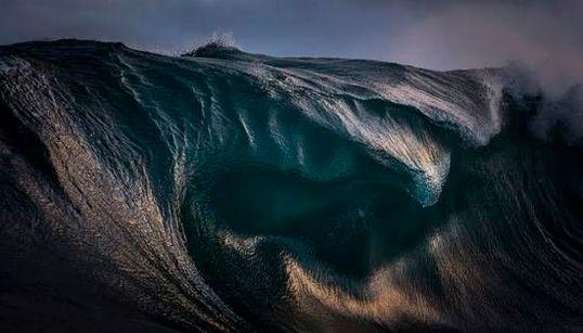 波は怒り、そして舞う。海の生命力と息づかいが感じられる写真集