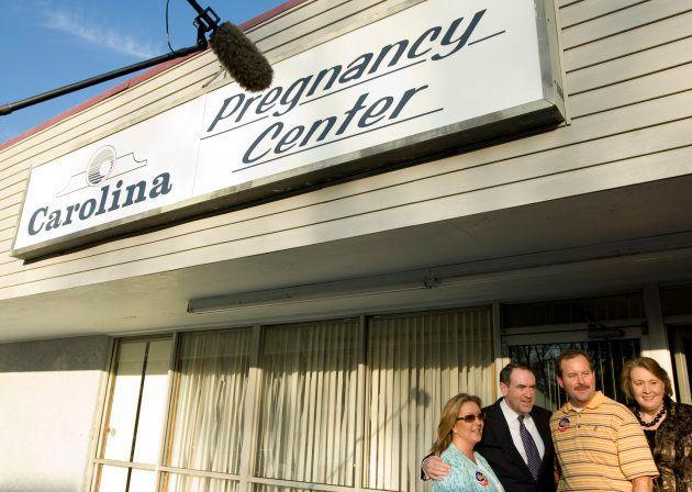 アメリカ大統領予備選で共和党の候補者だったハッカビー氏とその妻がCPCの前で記念撮影(2008年)。