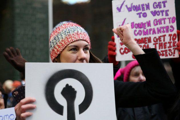 女性の性と生殖に関する権利を訴えるデモ