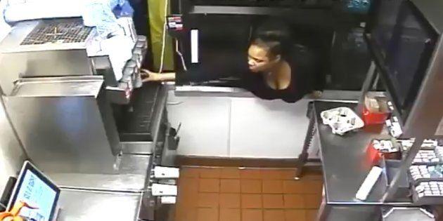 捜査当局が公開したマクドナルドに侵入した女の映像より