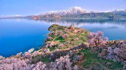 「怪獣の湖」で3000年前の城塞を発見(動画)