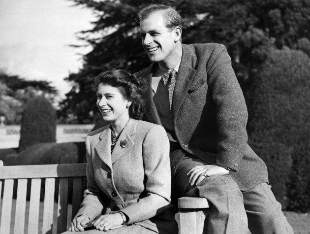新婚当時のエリザベス英女王(左)とフィリップ殿下(イギリス・ハンプシャー州)