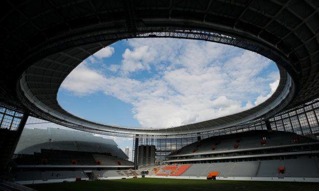 後方に見える仮設スタンドの前には、スタジアムの屋根が「立ちはだかる」