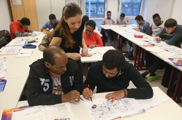 ポツダムでドイツ語を学ぶ難民たち。2015年11月 (Photo by Sean Gallup/Getty