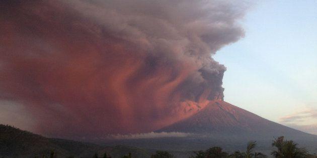 噴火するアグン山、11月26日撮影