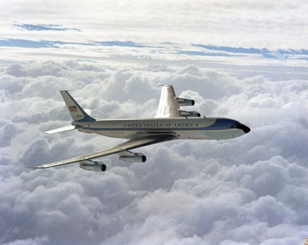 雲の上を飛行するアメリカの大統領機「エアフォースワン」