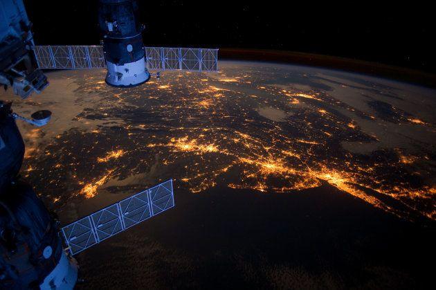 国際宇宙ステーション(左)と地球