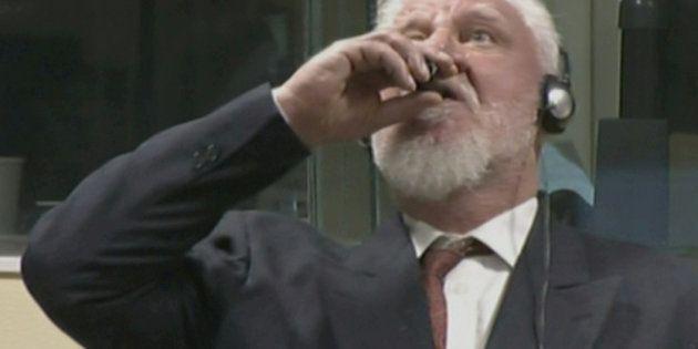 毒と思われる液体を飲み込むスロボダン・プラリヤック被告。ICTYの中継映像より(2017年11月29日撮影)