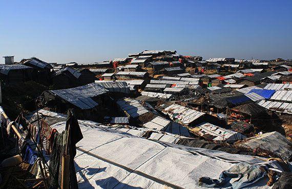 ほぼ全世帯が、雨風すらしのげない竹やビニール袋で作られたテントで生活しています(2017年11月7日)