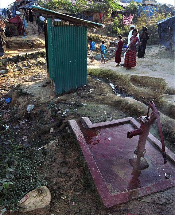 トイレ(奥)に隣接する井戸。衛生環境の改善が急がれます(2017年11月11日)