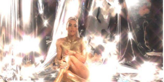 金ピカの粉を身にまとい…キム・カーダシアンの体を張った宣伝がヤバい。