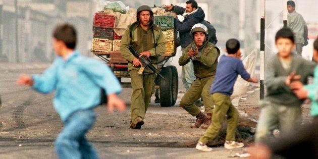 イスラエル兵から逃げるパレスチナの少年たち(26 November